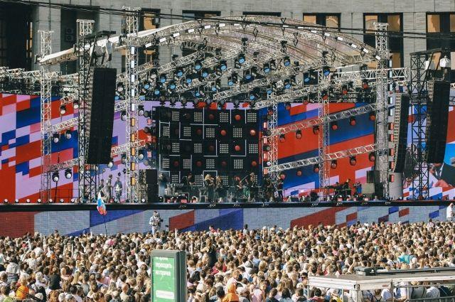 В Москве около 500 тысяч человек приняли участие в праздновании Дня флага