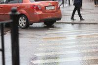 Автомобили, которые ехали в первом и во втором рядах остановились, чтобы пропустить у пешехода, а автомобиль в третьем ряду не остановился и даже не успел замедлить ход, и на полной скорости сбил девушку, которая шла по пешеходному переходу.