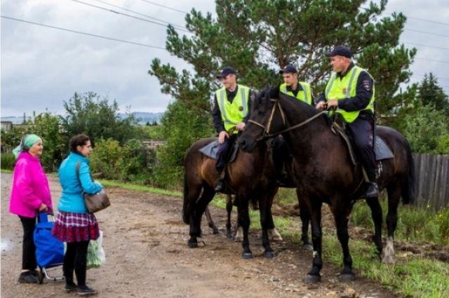 Конный экипаж, по словам жителей, вызывает уважение и прибавляет уверенность в безопасности