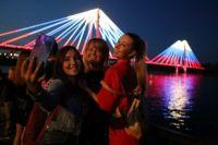 Молодежь с удовольствием фотографировалась на фоне моста