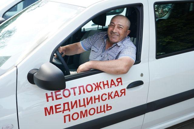 Антон Алиханов передал медикам ключи от новых автомобилей неотложки