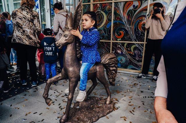 Перед тюменским кукольным театром появилась фигура Конька-Горбунка