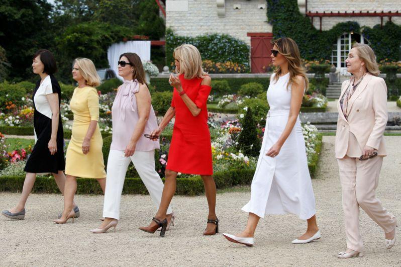 Первая леди Франции Бриджит Макрон, супруги премьер-министров Японии и Австралии Аки Абэ и Дженни Моррисон, жена главы Евросовета Малгожата Туск, первые леди США и Чили Мелания Трамп и Сесилия Морель на прогулке в саду виллы Арнага в в Камбо-ле-Бен недалеко от Биаррица.