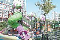 В новой пешеходной зоне открылась детская площадка необычной расцветки.
