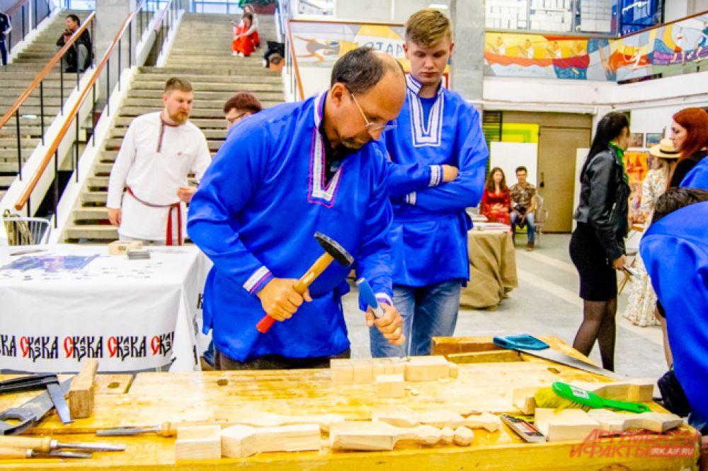 Мастера с подмастерьями изготавливали новые изделия, например, кухонную утварь, прямо на фестивале.