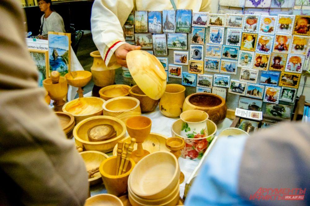 За деревянной утварью нужен особый уход. Например, чтобы сберечь такую посуду, её нужно периодически протирать льняным маслом.