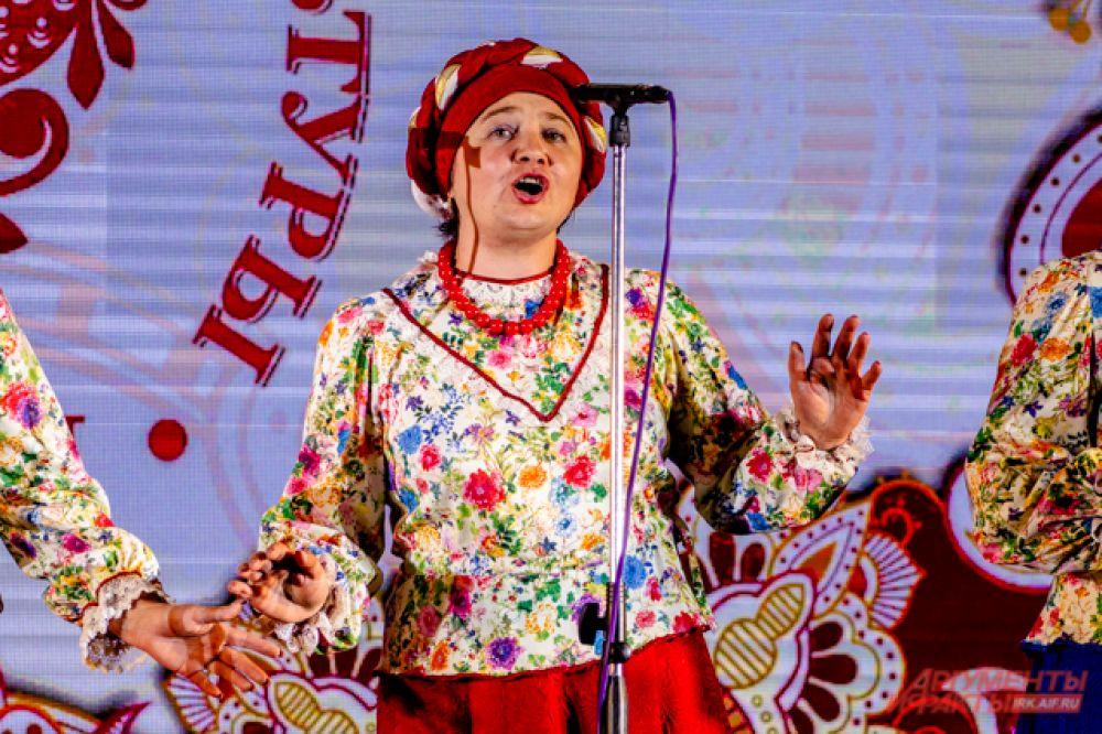 На концерте выступали участники областного конкурса русской песни, танца и костюма, приехавшие из разных уголков Приангарья.