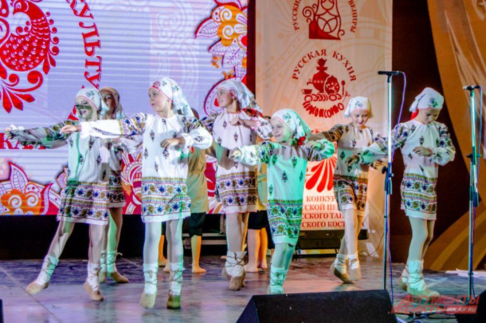 Программа выдалась насыщенной: народные танцы и песни, спортивные состязания, игры и выставка ремёсел.