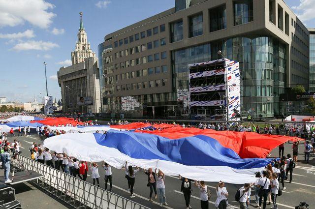 Самый большой флаг: флешмоб на проспекте Академика Сахарова попал в Книгу рекордов России.