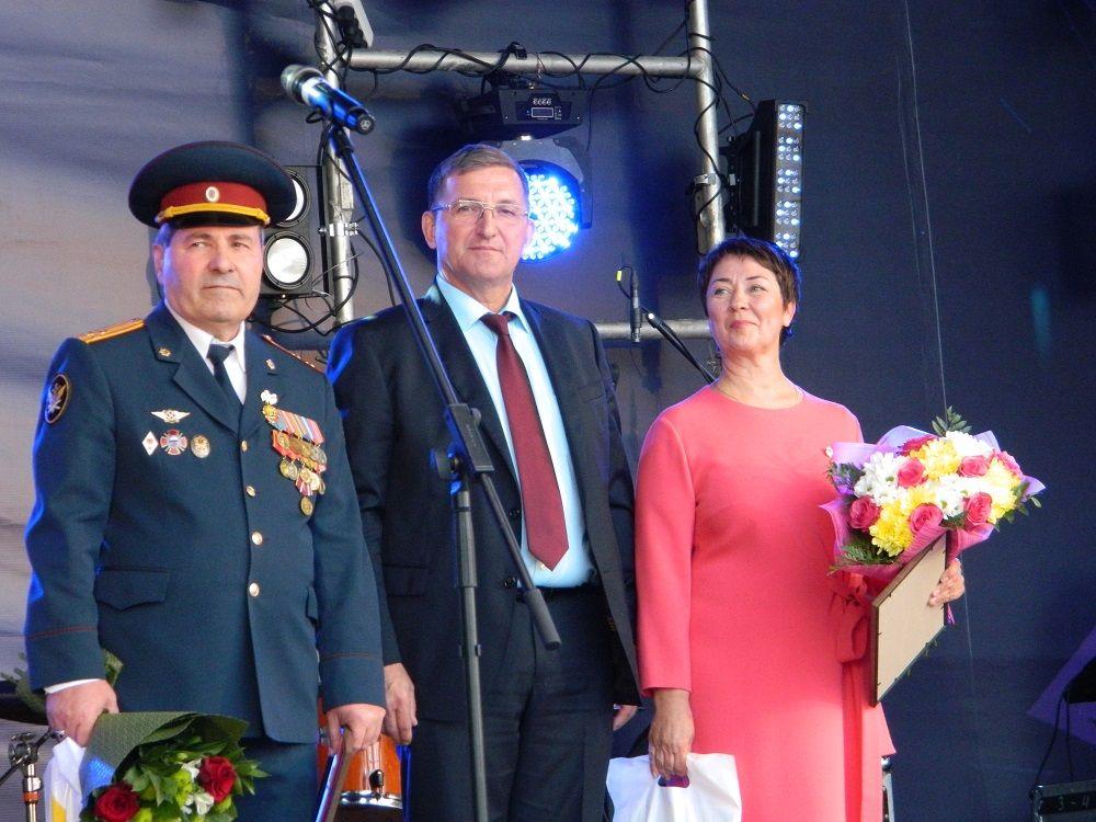 Глава Соликамска поздравил со сцены почётных граждан Соликамска