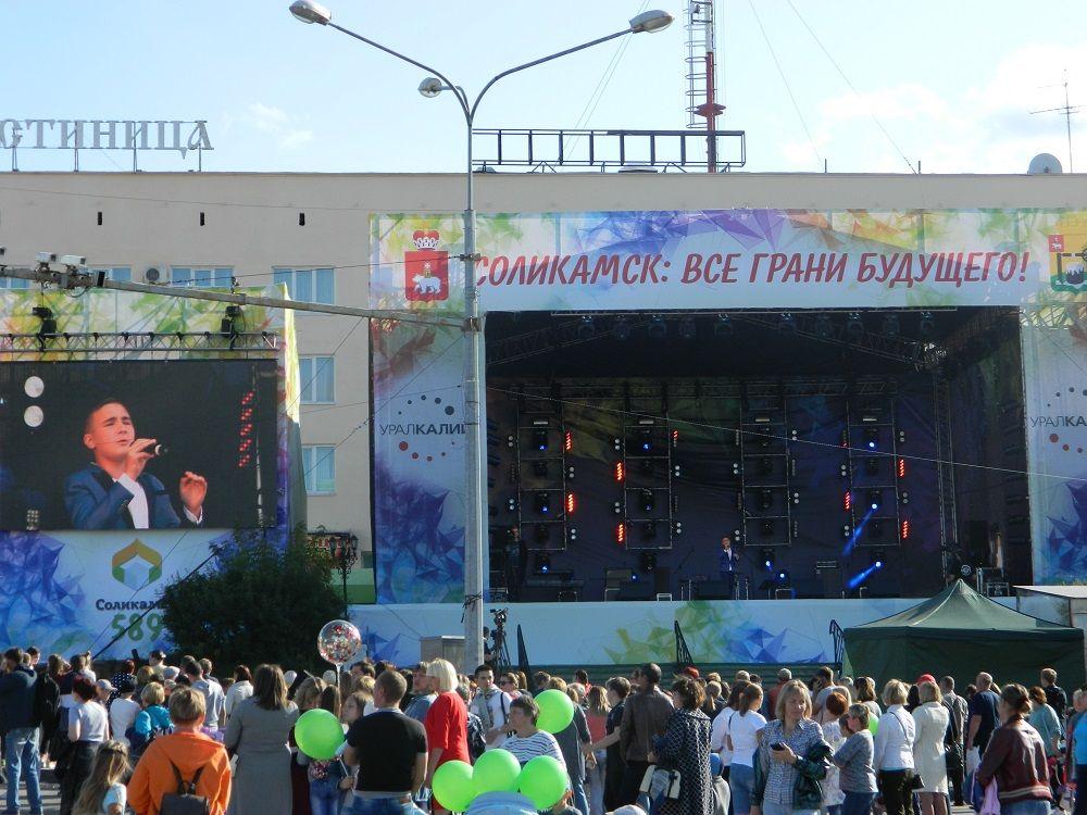 На главном сцене выступили творческие коллективы города