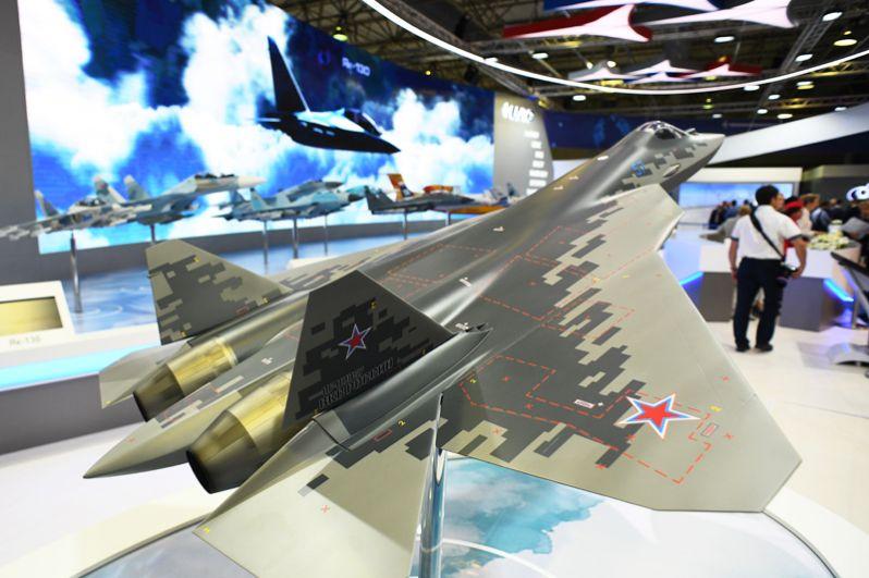 Макет российского истребителя пятого поколения Су-57Э.