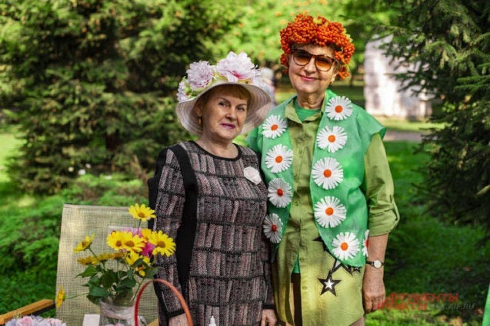 Кстати, цветы были не только на своих законных местах, в горшках, кашпо и композициях — многие участника праздника и в своих нарядах обратились к цветочным элементам.