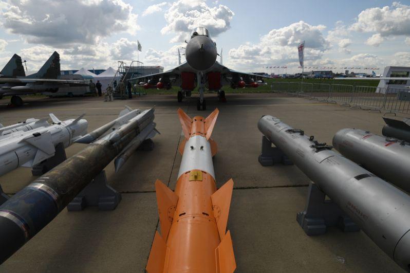 Крылатые ракеты и авиабомбы у многофункционального фронтового истребителя МиГ-35.