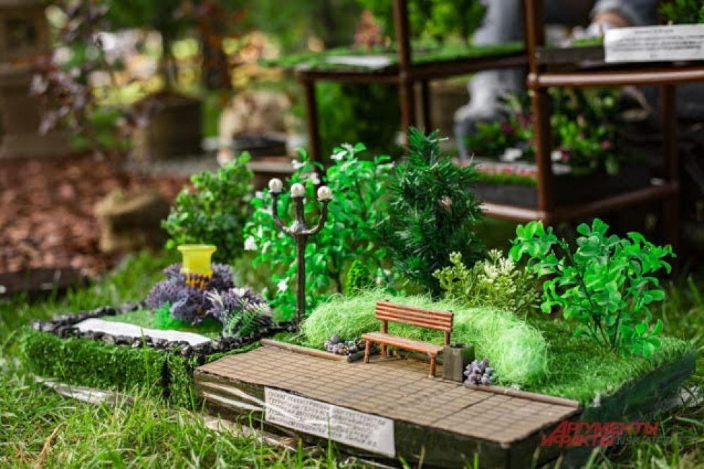 Маленькие скамеечки, фонарные столбики, растения и даже урна у скамейки — все выглядело очень мило и привлекательно.