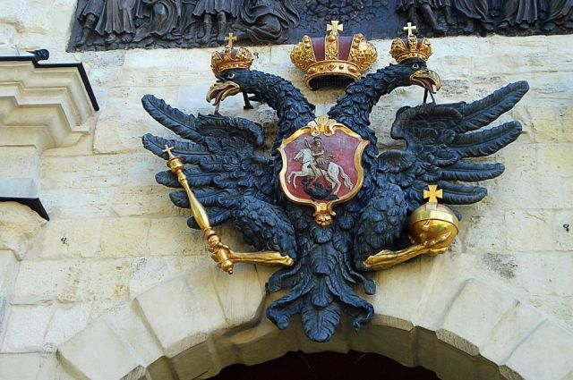 Россия не страна  третьего мира, где нет прошлого: нашему флагу свыше трёхсот, а гербу - более пятисот лет. Герб обозначал ещё Московское княжество, империю.