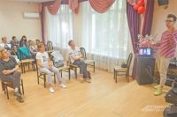 24-летний Роман Каримов рассказывает пенсионеркам района о моде и стиле. Они уверяют – очень доходчиво.