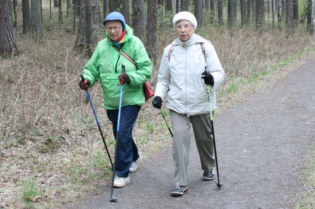 Скандинавская ходьба, плаванье, пешие прогулки – всё это щадящие ивместе с тем полезные для пожилых физические нагрузки.