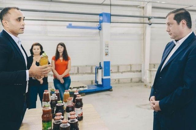 Во время рабочей поездки губернатор продегустировал соки, произведенные на вяземском предприятии.
