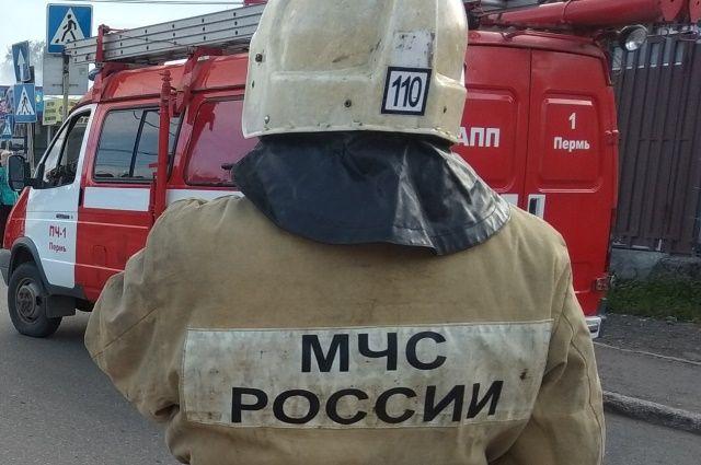 Огонь охватил здание бани в Свердловском районе на улице Пристанционная.