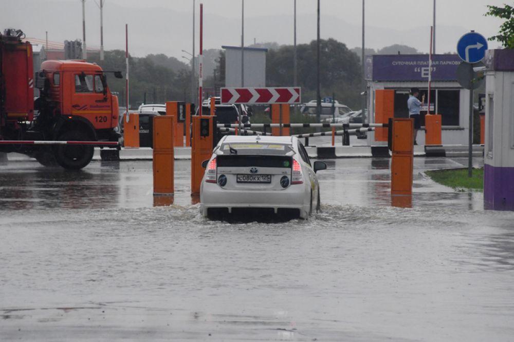 Автомобиль на одной из парковок Владивостока после сильных дождей.