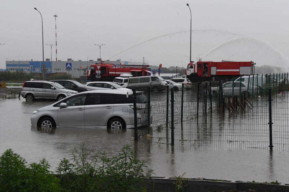 Откачка воды с парковки после ливневых дождей во Владивостоке.