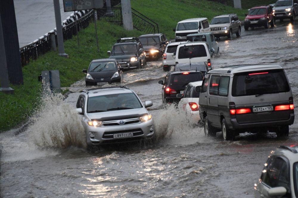 Автомобили на улицах Владивостока после сильных дождей.