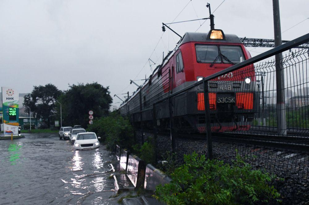 Одна из улиц Владивостока после сильных дождей.