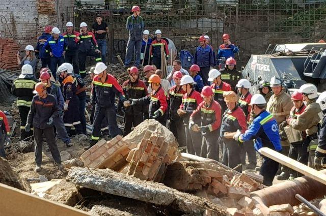 В результате обрушения стены здания в Новосибирске погибли три человека.