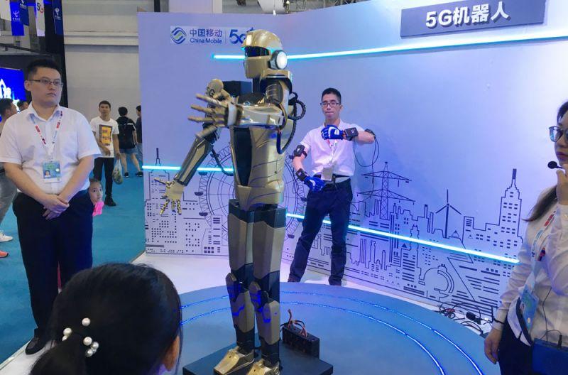 Управляемый робот, конечно, не новинка, но зрители все равно в восторге