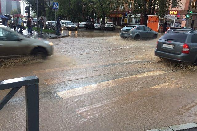 Автомобили не могут проехать по затопленным улицам.