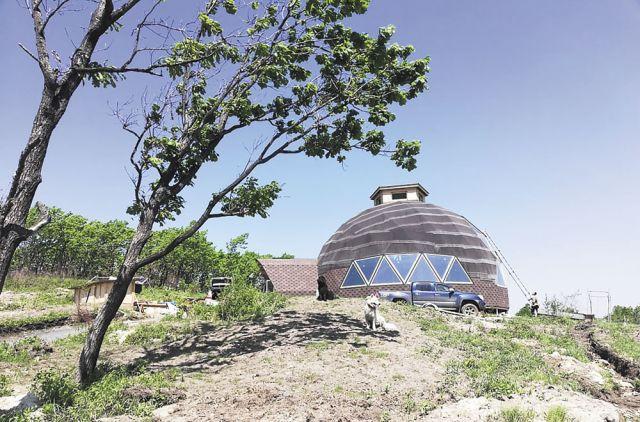 Такой дом построил себе на окраине деревни бывший городской житель.