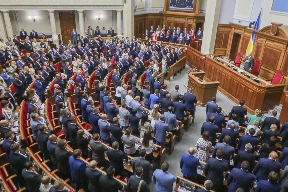 Принятие присяги и пение гимна Украины в Верховной Раде.