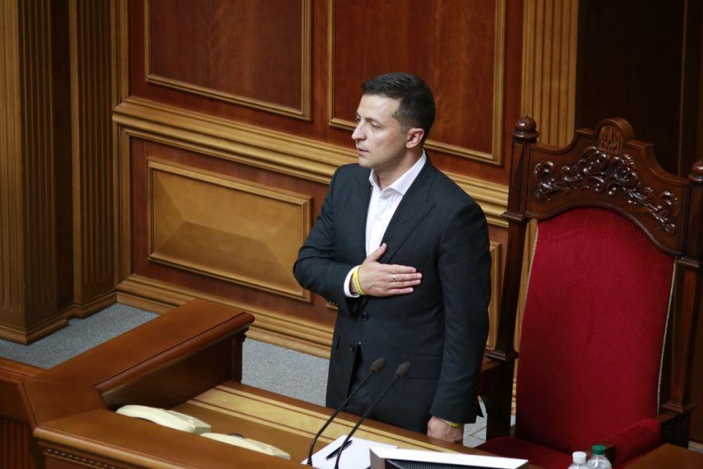 Владимир Зеленский вместе со всеми депутатами поет гимн Украины.