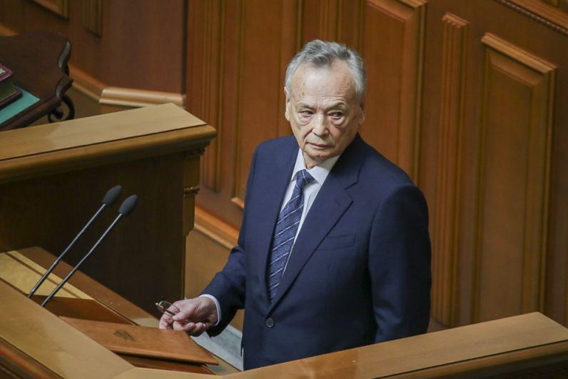 Затем, по регламенту, парламент должен принять присягу и первым для этого на трибуну поднимается самый возрастной депутат Украины - 79-летний Юлий Иоффе.