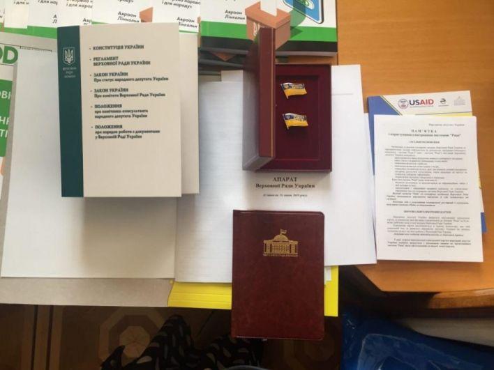 В конце торжественной части первого заседания Верховной Рады депутаты получили