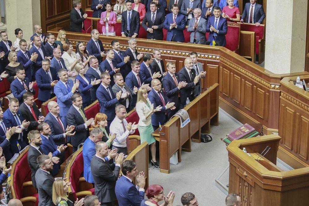 На заседание пришел также президент Украины Владимир Зеленский. На фото - президента Украины приветствуют депутаты Украины.