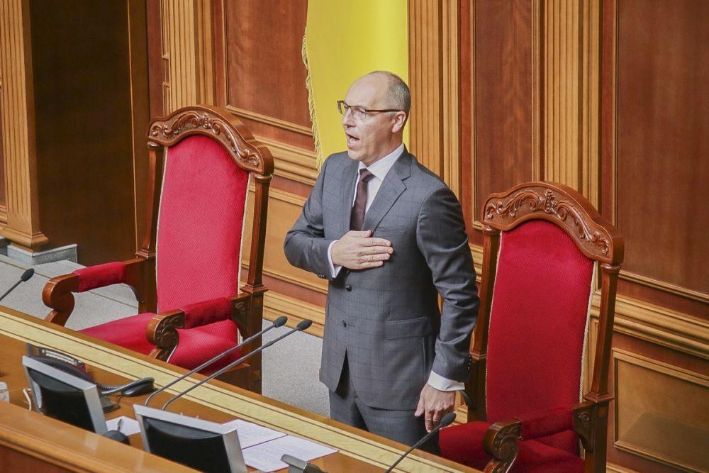 Для Андрея Парубия первый день работы Верховной Рады девятого созыва является последним рабочим днем. Но по регламенту, он открывает заседание Рады.