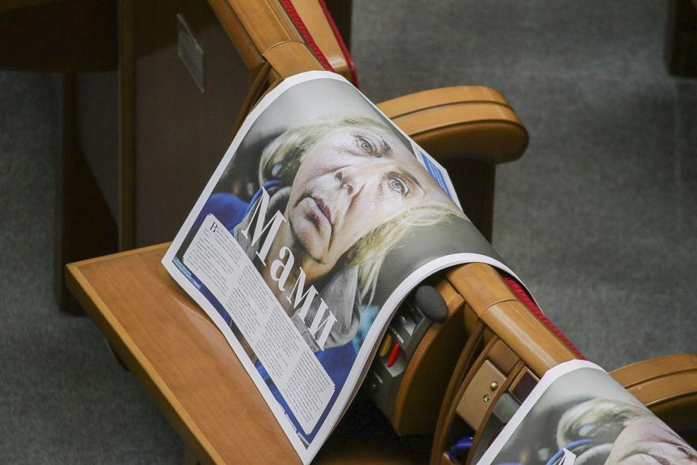 """Несмотря на то, что заседание Верховной Рады было назначено на 10:00, шумиха и движение в парламенте начались задолго до этого. Уже около восьми утра под зданием Рады начали собираться журналисты. В сессионном зале завершались последние приготовления к Раде - на каждом депутатском месте появились газеты """"Зеркало недели"""", на обложке которой были размещены портреты мам, потерявших детей на Донбассе."""