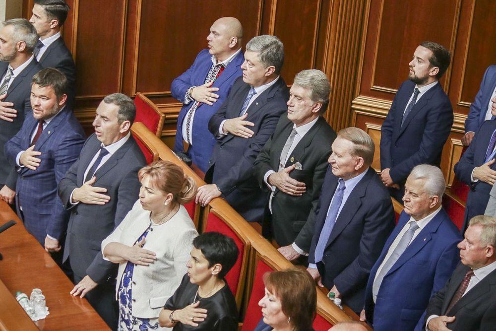 Экс-президенты Украины вместе с остальными депутатами принимают присягу.