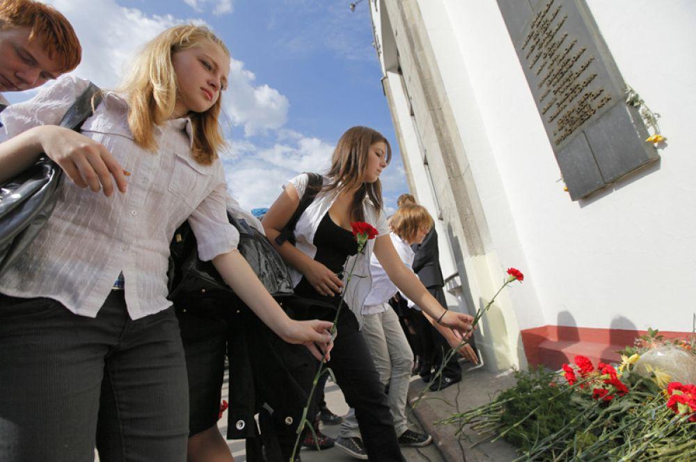 Акция памяти на месте теракта у станции метро «Рижская» в Москве, 2009 год.