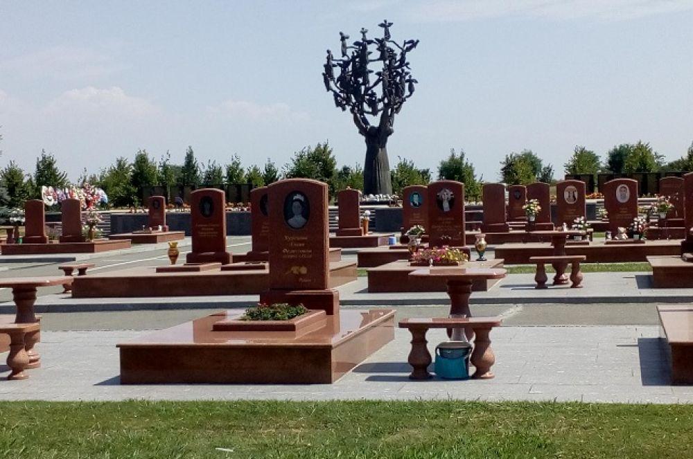 В Городе ангелов похоронены 266 жертв теракта.