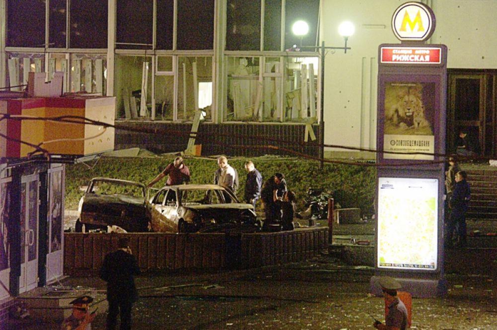 Взрыв прогремел после 20:00. По версии следствия, сотрудники милиции не допустили смертницу в метро, чем предотвратили более тяжелые последствия теракта.