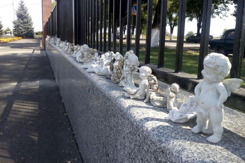 По периметру ограды - фигурки ангелочков.