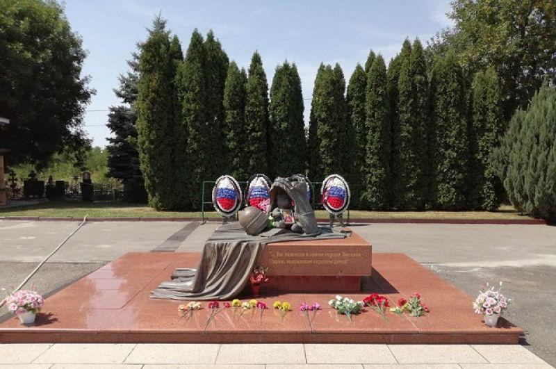 При освобождении заложников погибли 10 спецназовцев, им установлен памятник.