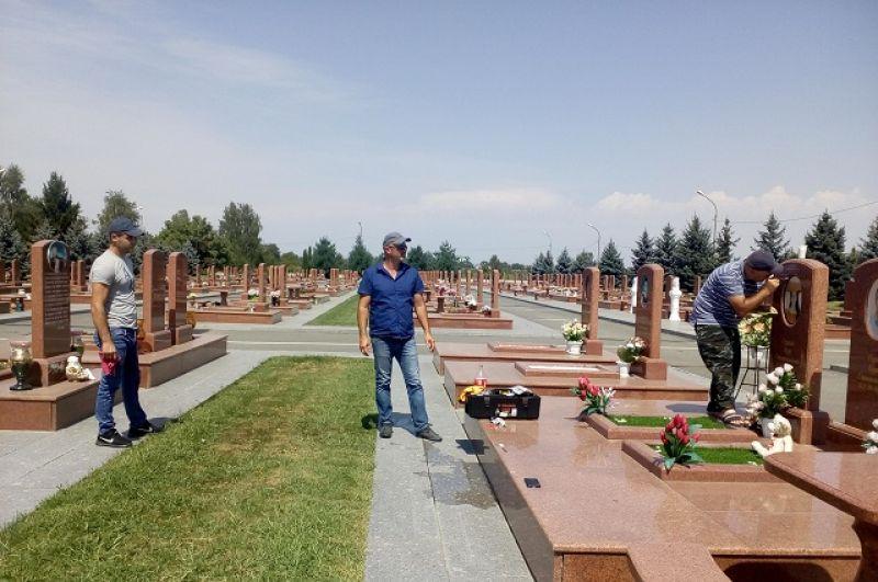 За кладбищем круглый год ухаживают.