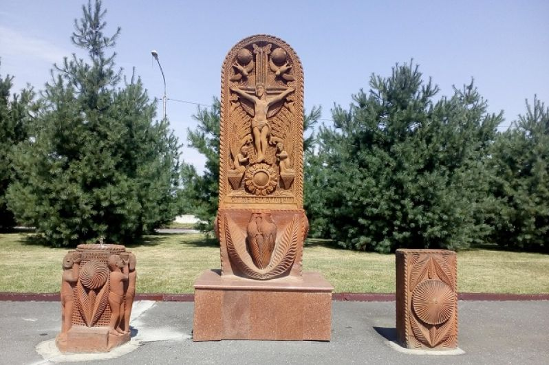 Хачкар (каменная стела с резным крестом) от детей Армении.