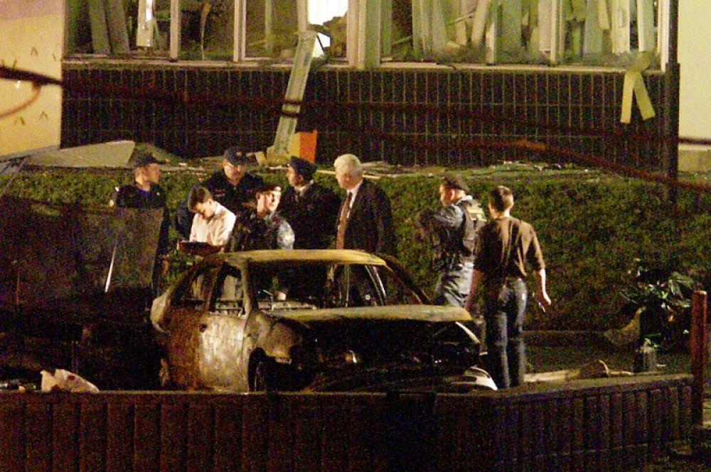 От взрыва загорелось два стоявших у метро автомобиля, из-за чего в первые минуты после происшествия озвучивалась ошибочная версия о том, что взрывное устройство было заложено в один из них.