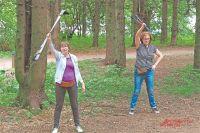 Каждое занятие по скандинавской ходьбе начинается сразминки. Анна Леонидовна уже выучила все упражнения.