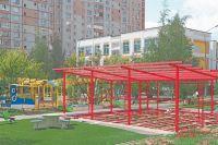 Наплощадке приступили кустановке конструкций детского городка.